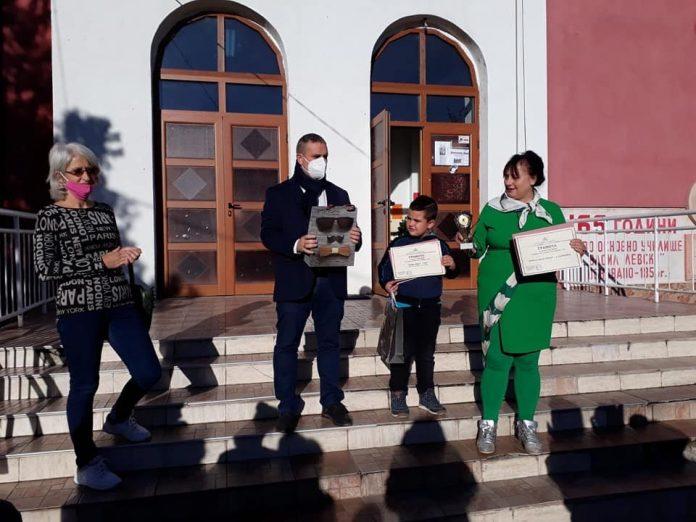 """Заместник областният управител на Софийска област Николай Борисов връчи наградите на отличените ученици в областния конкурс """"Мисия будител"""""""